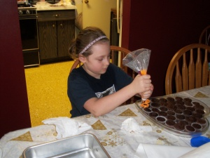 Autumn decorating the mini cupcakes